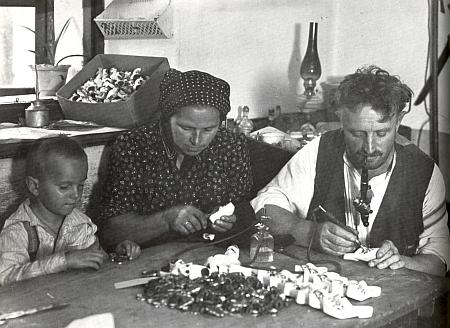 Výrobci šumavských suvenýrů, rodina Herzigova ze Studence (Brunnhäuser) u Nicova