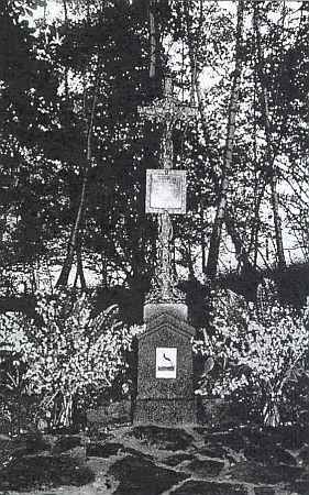 Pamětní kříž na místě zbořeného kostela sv. Jiří v zaniklé rodné vsi