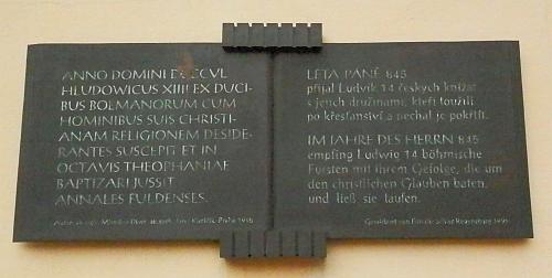 Pamětní deska na jižní straně klášterního kostela sv. Jana v Řezně připomíná zdejší křest 14 českých knížat roku 845