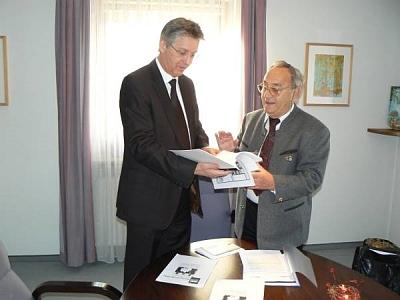 """V roce 2009 předává starostovi města Mering, kde žije, druhé vydání své knihy""""Válečné hroby vyzývají k míru"""""""