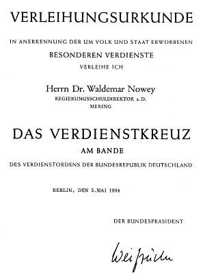 K udělení Záslužného kříže se stuhou s podpisem prezidenta Weizsäckera (1994)