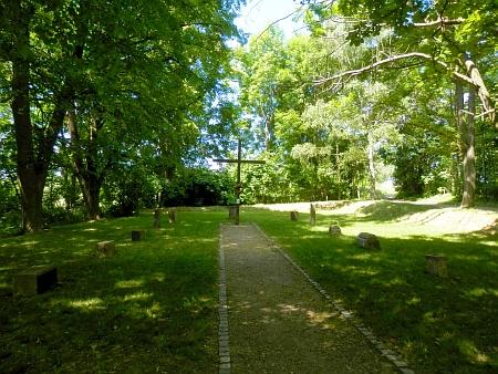 Poutní místo Svatá Anna u Chodové Plané - památník na místě zbořeného barokního kostela