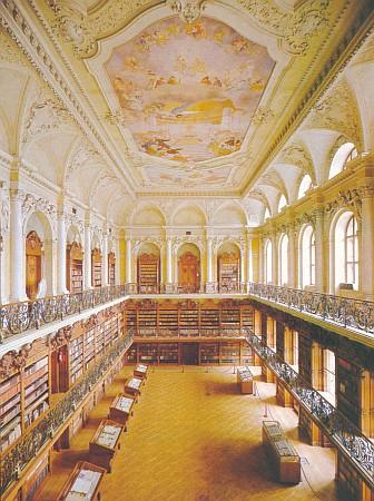 Dvorana nové klášterní knihovny, dokončená roku 1910, s 80000 svazky knih, více než 600 vzácnými rukopisy a téměř 550 prvotisky (nejstarší kniha je z9.století)