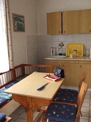 Stůl a lavice fary v Nových Hutích v kuchyni dolních prostor, oboje dílo mého tchána Vokroje, farář Nowotny ovšem bydlil nahoře