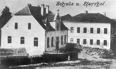 Škola a fara v Železné na staré pohlednici ze sbírky Reinholda Finka