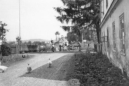 Pohled na trosky vysídlené obce Železná od hraniční závory v Tillyschanz za časů železné opony