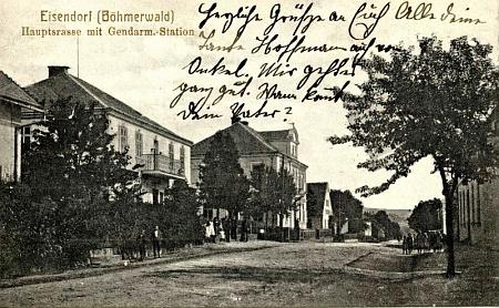 """O výstavnosti někdejší vsi Železná svědčí tento snímek její """"hlavní ulice"""" s budovou četnické stanice"""
