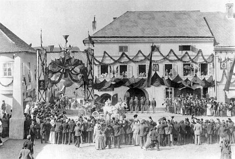 Takto vítala Kaplice císaře pána v září roku 1895, kdy bylo Ignazi Oberparleiterovi 49 a jeho dceři Marii 19 let