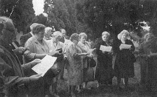 """Na kaplickém hřbitově zpívají roku 1990 vyhnanci její """"Böhmerwaldlied"""""""