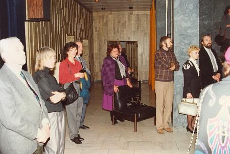 Při vernisáži výstavy v českobudějovické vědecké knihovně vprosinci 1992 (Anton Ohme zcela vlevo, třetí zprava autor tohoto internetového souboru)...