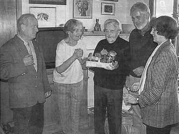 Jubilant s manželkou a přáteli při oslavě 85. narozenin roku 2001