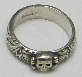 """Byl mj. i nositelem čestného prstenu SS, zvaného """"Totenkopfring"""", tj. """"prsten s umrlčí hlavou"""""""