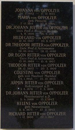 """Hrobka rodiny Oppolzerovy ve """"starých arkádách"""" vídeňského ústředního hřbitova s reliéfní bystou věhlasného lékaře vlevo"""
