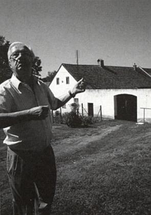 Otto Ortner před svým rodným domem vdnešním Mezilesí