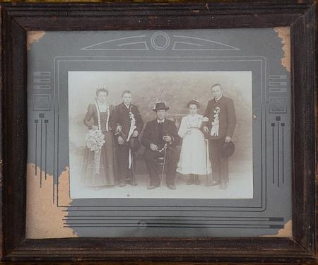 Tento rodinný snímek byl nalezen za trámem v rodném domě a podle sdělení Otto Ortnera zachycuje dvojitou svatbu jeho dědečka (vlevo) a prastrýce, uprostřed je pradědeček Michael - dědeček se ale oženil v roce 1909, v oddací matrice je uvedena pouze svatba dědova a údajní ženiši rozhodně nevypadají na 31 a 29 let