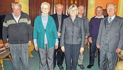 Na skupinovém snímku s členy sdružení Kolpingfamilie v Münnerstadtu je on ten prvý zprava