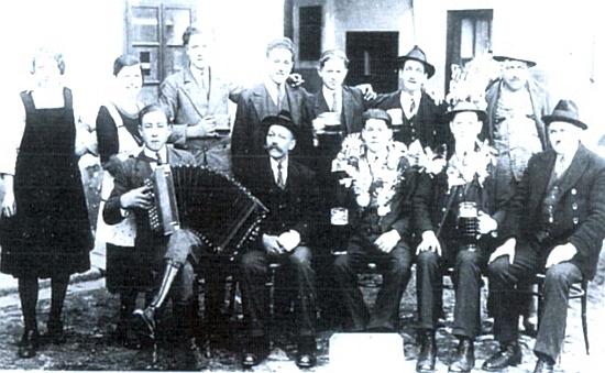 Odvedenec Hans Brunner v Trutmani 9. března roku 1934 je tu zachycen i se svým pěstounem nalevo, Ortnerovým dědečkem