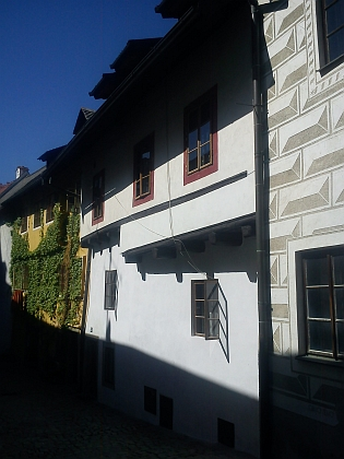 Dům čp. 133 v Masné ulici (Fleischgasse) v Českém Krumlově, kde Schiele, Osen a Peschka společně bydleli (na snímku vpravo je pohled na dům z ulice Parkán) v roce 2013...