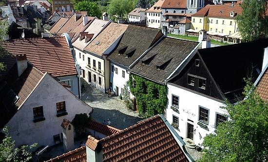 Na záběru zachycujícím českokrumlovský Parkán vidíme zadní trakt domu čp. 133 s pavlačí v levém horním rohu snímku,     vevystupujícím růžovém domě uprostřed pobývala Schieleho matka (viz i Egon Schiele)