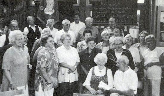 Paní učitelka v kruhu svých někdejších žáků roku 2001 v Pasově