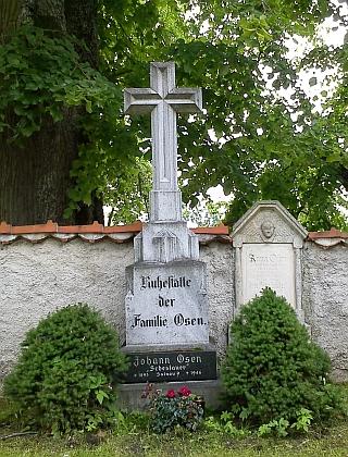 Hrob rodiny Osenovy (Schestauerovy) v Želnavě s křížem, obnoveným     na přání pozůstalých v roce 1991 jedním kameníkem z rakouského Welsu