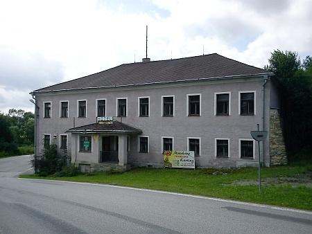 V roce 2012 byla budova hostince opuštěná a na prodej