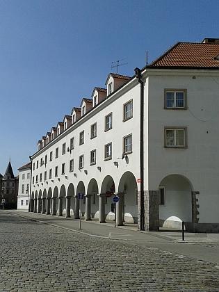 Herecký dům, kde bydlel, byl k divadlu přistavěn v letech 1941-1943