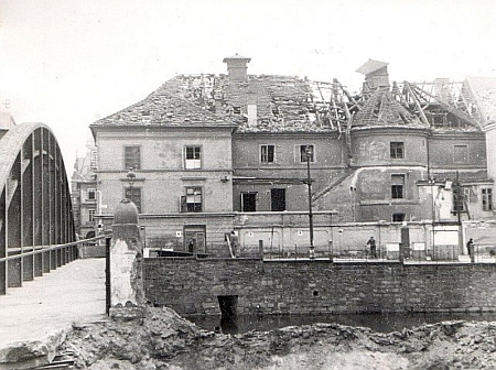 Poškozená budova divadla po spojeneckých náletech v březnu 1945