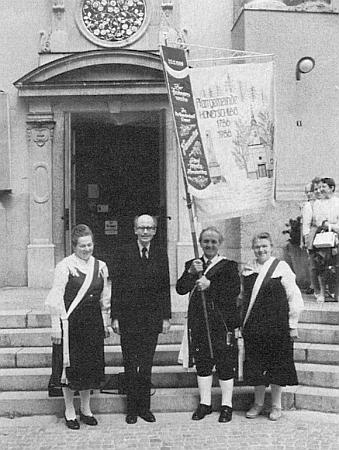S vyhnanci z Hodňova a jejich korouhví na pouti vAltöttingen roku 1986 (viz i Wenzel Wenhart)