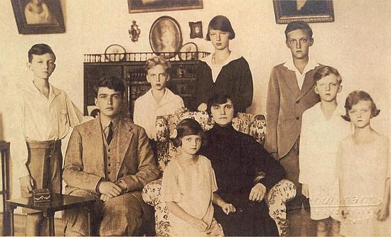 Ovdovělá císařovna Zita se svými dětmi