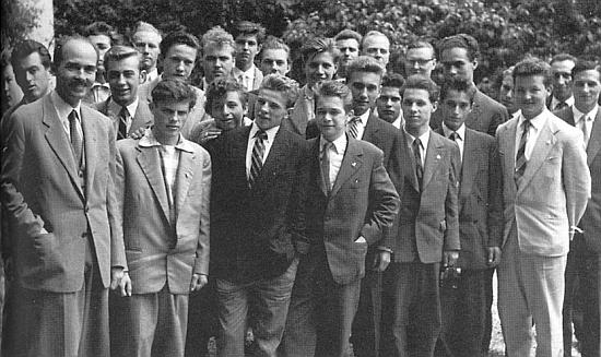 V padesátých letech při setkání se středoškolskými studenty (ten vysoký pátý zprava, jemuž není vidět brada, je Karel Schwarzenberg)