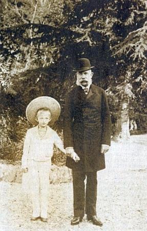 Jeho dědeček František Josef I. a otec Karel najednéfotografii při kraji lesa