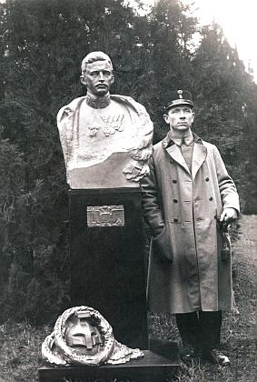 """Jeho otec, císař Karel """"Poslední"""", zde s autorem panovníkovy bysty v uherském Debrecíně, táborským sochařem Janem Vítězslavem Duškem, poručíkem rakousko-uherské císařské armády, na snímku z roku 1917"""