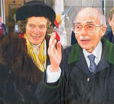 """S manželkou na snímku z pozdních let života - podle popisky fotografie u novinového článku muž,     který nezahořkl a dělal po roce 1989 vše pro integraci """"svých zemí a národů"""" do společné Evropy"""
