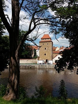 Součástí opevnění Českých Budějovic byly dvě dodnes dochované hranolové věže: Železná panna (Spielhäubelturm) a Rabenštejnská věž