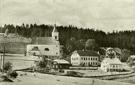 Hojsova Stráž s budovou někdejší školy pod kostelem