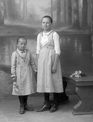 Dva snímky z téhož ateliéru, psané na učitele Paara v Hodňově adatované oba rokem 1917