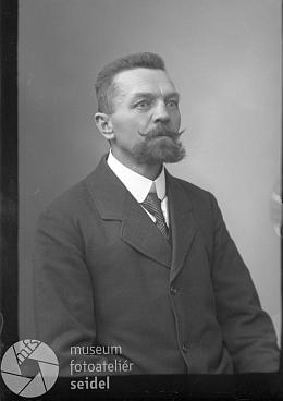 Na snímku z fotoateliéru Seidel, datovaném 12. dubna roku 1917 a vyhotoveném zřejmě pro cestovní pas