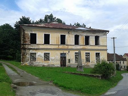 Hodňov na snímcích z roku 2016, na snímku vlevo budova někdejší školy