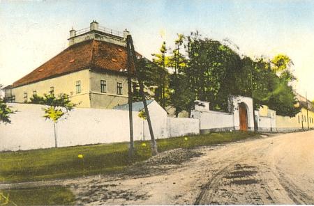 Stará kolorovaná pohlednice zachycuje zámek v jeho rodném Rudolfově