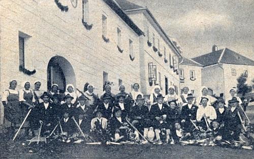 Dožínky v Hodňově roku 1927, kdy už Paar působil v Dolní Vltavici