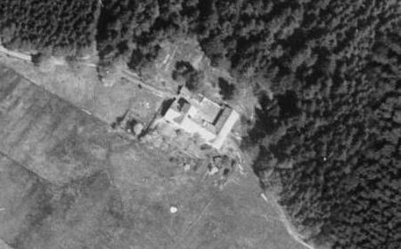 Dnes zaniklá knížecí schwarzenberská myslivna Horní les (Oberwald) nad někdejší Maňávkou     a Starou Hutí blízko Hodňova na leteckých snímcích z roku 1947 a 2008...