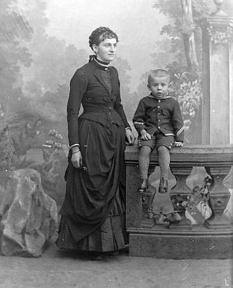 """Ateliérový snímek Josefa Seidela z července 1889 je psán na jméno """"Pable Theresia"""", mohl by tedy zachycovat jeho ženu a syna"""