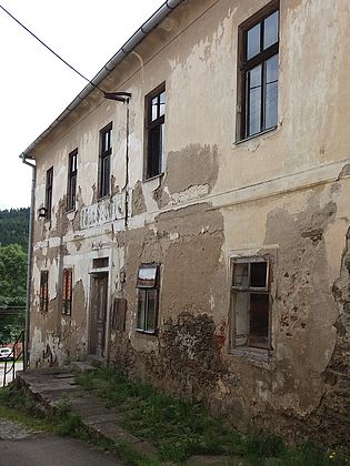 Někdejší škola ve Svérazi, kde s rodinou žil