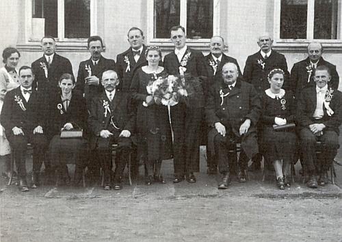 Rudolf Pachner, (*10. srpna 1907), hospodář z Hruštic čp. 3 (Amerisch), je tu na frymburské svatbě z roku 1939 ten sedící prvý zleva