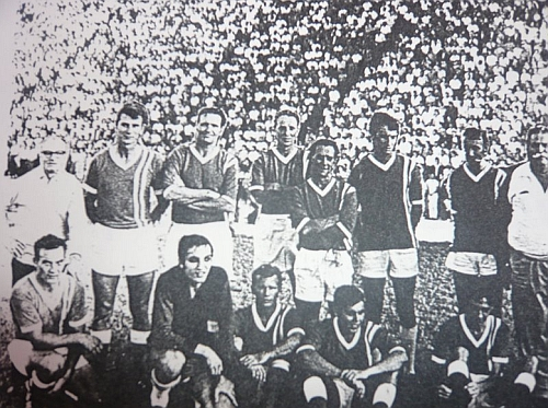 Na snímku fotbalového mužstva Eshowe United stojí druhý zleva, prvý zleva jeho děd