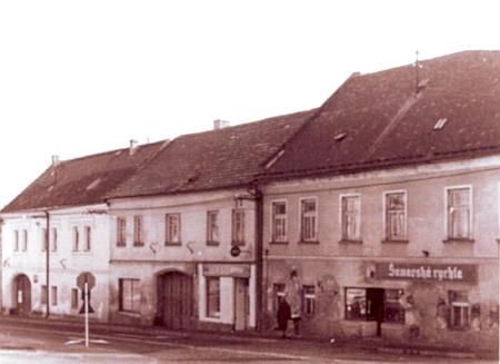 Domy ve Vodňanské ulici v Prachaticích na snímku zesedmdesátých let 20. století, v tom prostředním se roku 1904 narodil