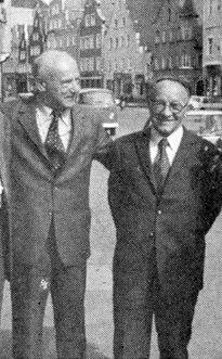 S někdejším prachatickým spolužákem prof.  Dr. Eduardem Eisenmeierem, autorem šumavské a stifterovské bibliografie (A.Pachelhofer vlevo)