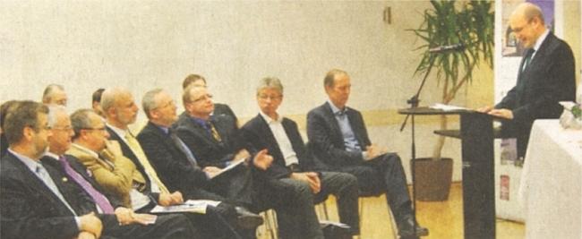 """U řečnického pultu při oslavě 10. výročí """"Akademie Střední Evropa"""", jejímž je zastupujícím předsedou     - zcela vpravo sedící před ním je tu zachycen Peter Becher"""