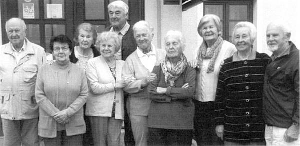 Deset vnuků Karla (1859-1937) a Karoliny (1864-1931) Paleczekových na říjnovém setkání roku 2014 v Horní Plané
